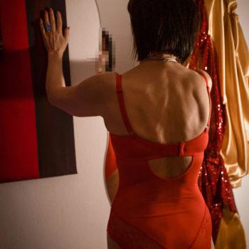 Hautnah Tantra Masseurin Diana im roten Dessous