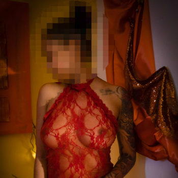 Hautnah Tantra Masseurin Mia in roter Spitze